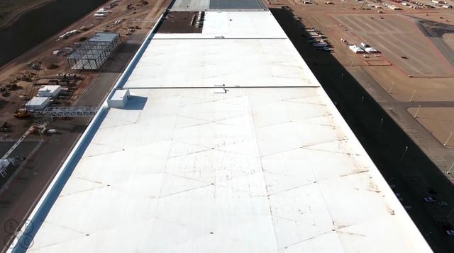Những công việc thi công trên mái của nhà máy này đã gần như hoàn thiện.