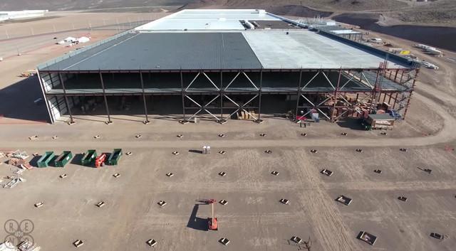 Mặt bên này là một góc khác đang được mở rộng của nhà máy Gigafactory, hiện vẫn đang trong quá trình xây dựng.