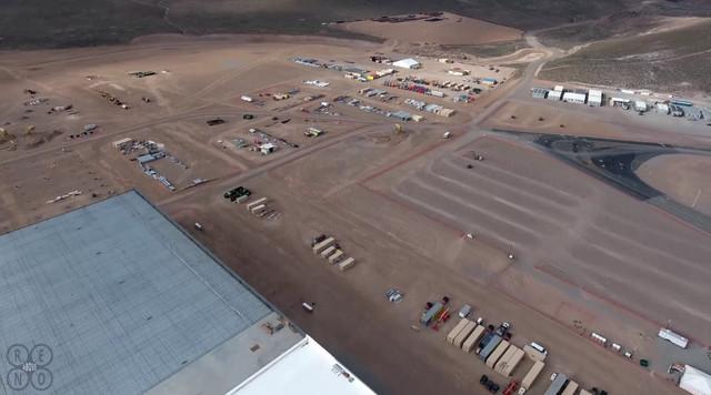 """Tesla còn tiêu tốn hàng triệu USD để xây dựng một """"thành phố"""" xung quanh nhà máy này."""