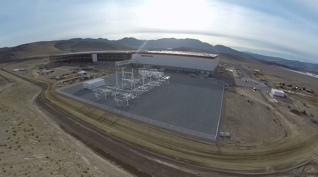 Cơ sở hạ tầng điện năng của nhà máy này cũng tiêu tốn của Tesla 300.000 USD.