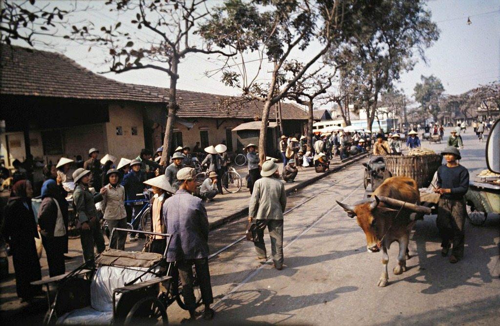 Bến xe Kim Mã vẫn đông đúc thế, chỉ có điều là toàn người đi bộ, xe bò, xích lô chứ không phải xe máy, ôtô như bây giờ.