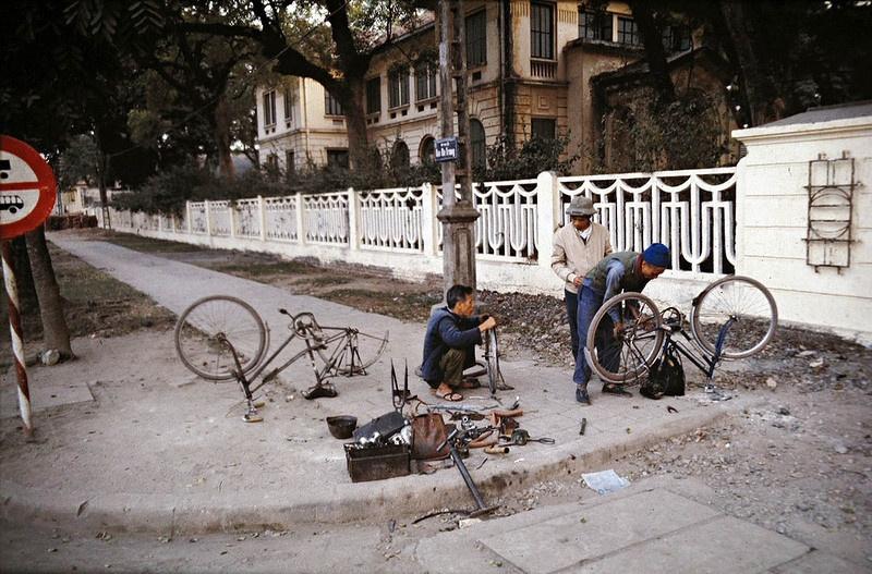 Bây giờ, những người sửa xe đạp dường như đã thất nghiệp, nhưng ngày ấy, góc phố nào cũng sẽ có vài bác thợ ngồi vá xe, bơm lốp xe thế này trên phố Hai bà Trưng.