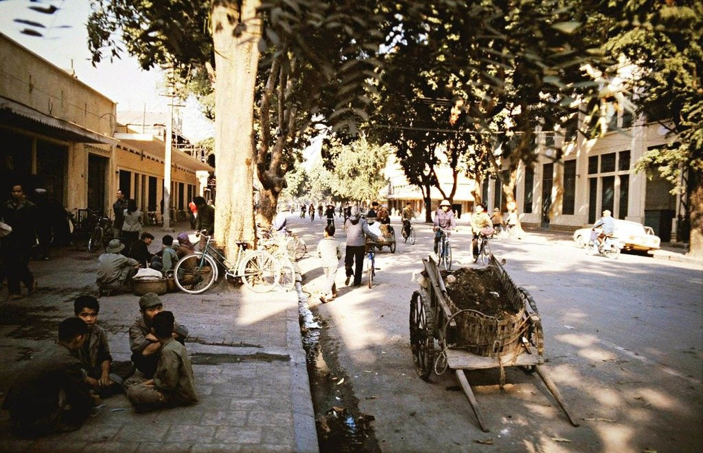 Phố Ngô Quyền bây giờ nhộn nhịp xe cộ qua lại nhưng thời ấy họa hoằn lắm mới thấy một chiếc xe ôtô, mà lại là xe công vụ, còn lại đa phần mọi người chỉ đi xe đạp. Dân phố còn thoải mái ngồi trên vỉa hè trò chuyện, buôn bán.