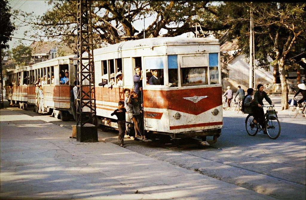 Tiếng tàu điện leng keng và kỷ niệm những lần trốn ngủ trưa, nhảy tàu lên phố chơi chắc vẫn còn in dấu trong tâm trí thế hệ 7X ở Hà Nội.