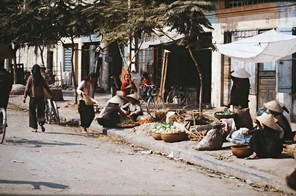 Chợ Nguyễn Khắc Cần ngay gần hồ Gươm ngày ấy chẳng khác khu chợ vùng quê là mấy.