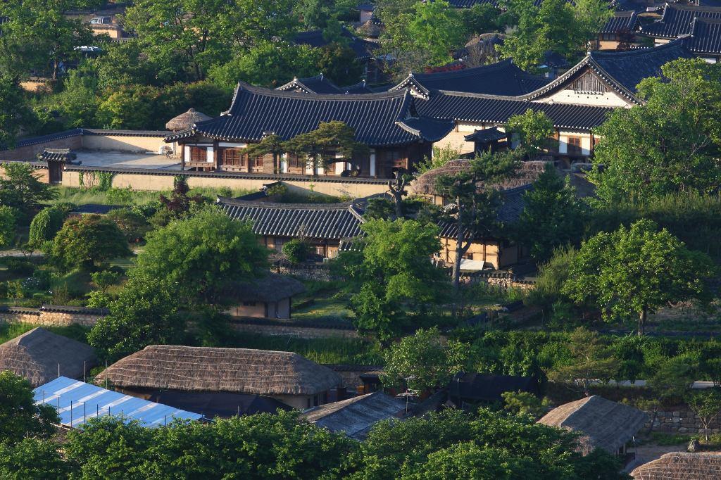 Các làng lịch sử của Hàn Quốc: Hahoe và Yangdong được bao bọc bởi núi rừng, đối diện với một con sông và những cánh đồng.