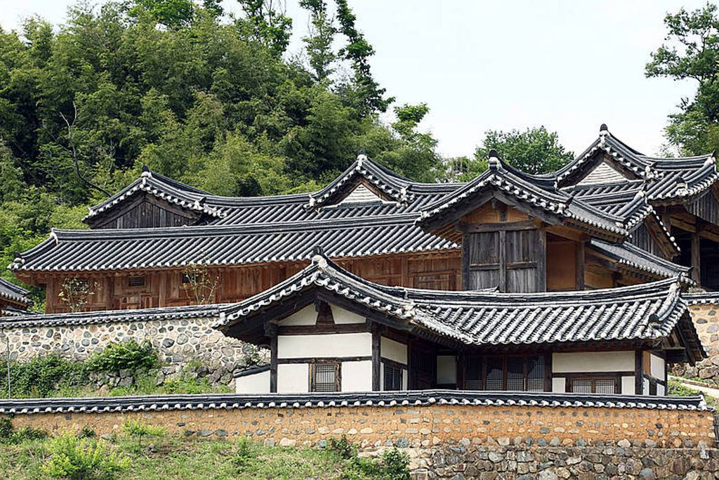 Những ngôi nhà với kiến trúc truyền thống đặc trưng vẫn được duy trì đến ngày hôm nay tại các làng cổ của Hàn Quốc.