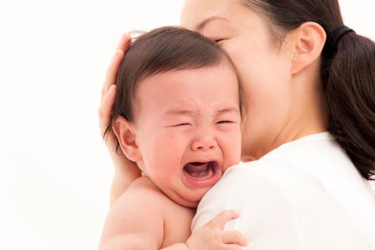 Khóc đêm là hiện tượng trẻ sơ sinh khóc từng đợt, lúc khóc lúc ngừng, nhưng cũng có trường hợp trẻ khóc lè nhè suốt cả đêm.