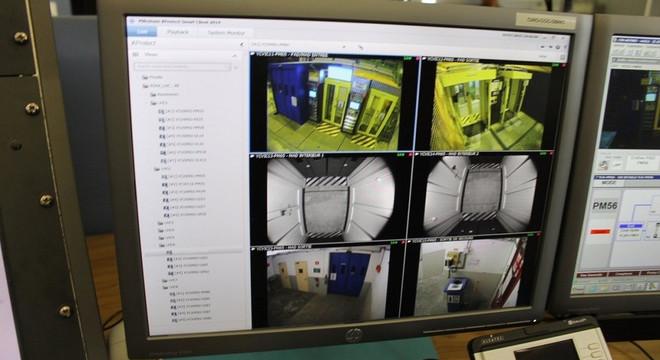 Hoạt động bên dưới đường hầm được giám sát bằng camera an ninh.