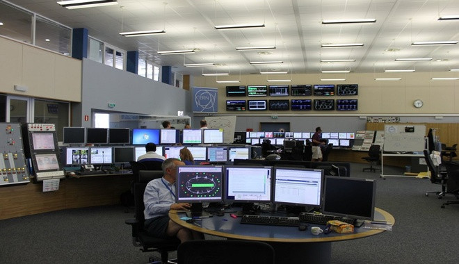 Nhiều màn hình hiển thị những thông tin quan trọng để điều khiển và vận hành hoạt động của máy gia tốc.