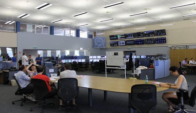 Ở giữa phòng điều khiển là một bàn họp, để thông báo và trao đổi những về những sự kiện quan trọng.
