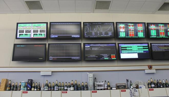 Những chai sâm panh rỗng được xếp thành hàng dài bên dưới màn hình quan sát cho thấy liên tục có tin vui.