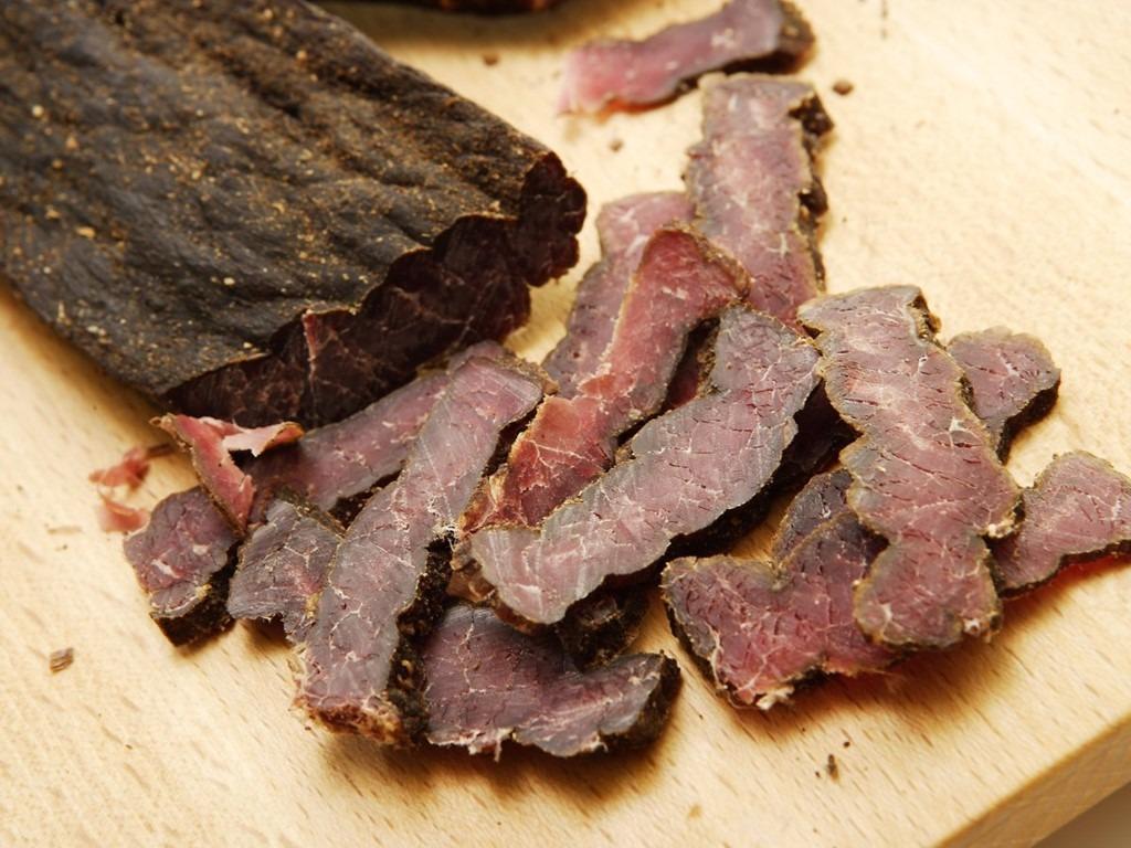 Biltong, Nam Phi: Biltong giống món bò khô. Tuy nhiên, ở Nam Phi, người dân sử dụng nhiều loại thịt để làm biltong, từ thịt linh dương kudu, linh dương đầu bò tới đà điểu. Món này có vị cay hấp dẫn, rất hợp để uống bia.