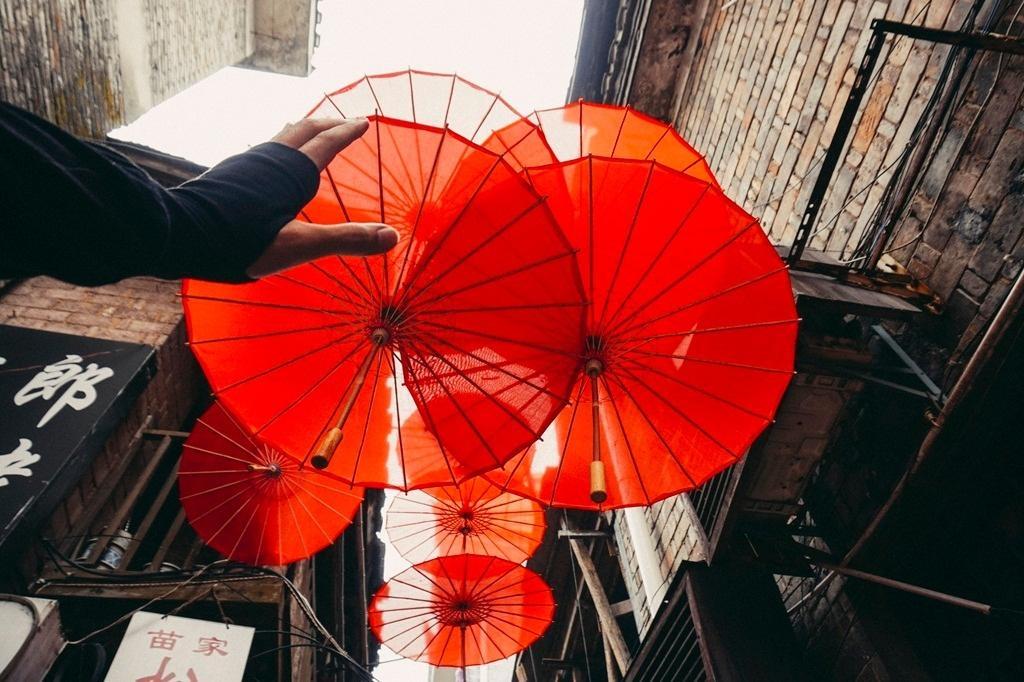 Tại đây, chúng tôi được chứng kiến cuộc sống sinh hoạt đời thường của các dân tộc. Bạn có thể dễ dàng gặp được m ột vài người Miêu bên mẹt hàng nhỏ thêu thùa, khâu vá. Hay gặp người Hán, người Thổ đi lang thang bán những chiếc vòng hoa đeo cổ, đồ lưu niệm cho du khách tới thăm.