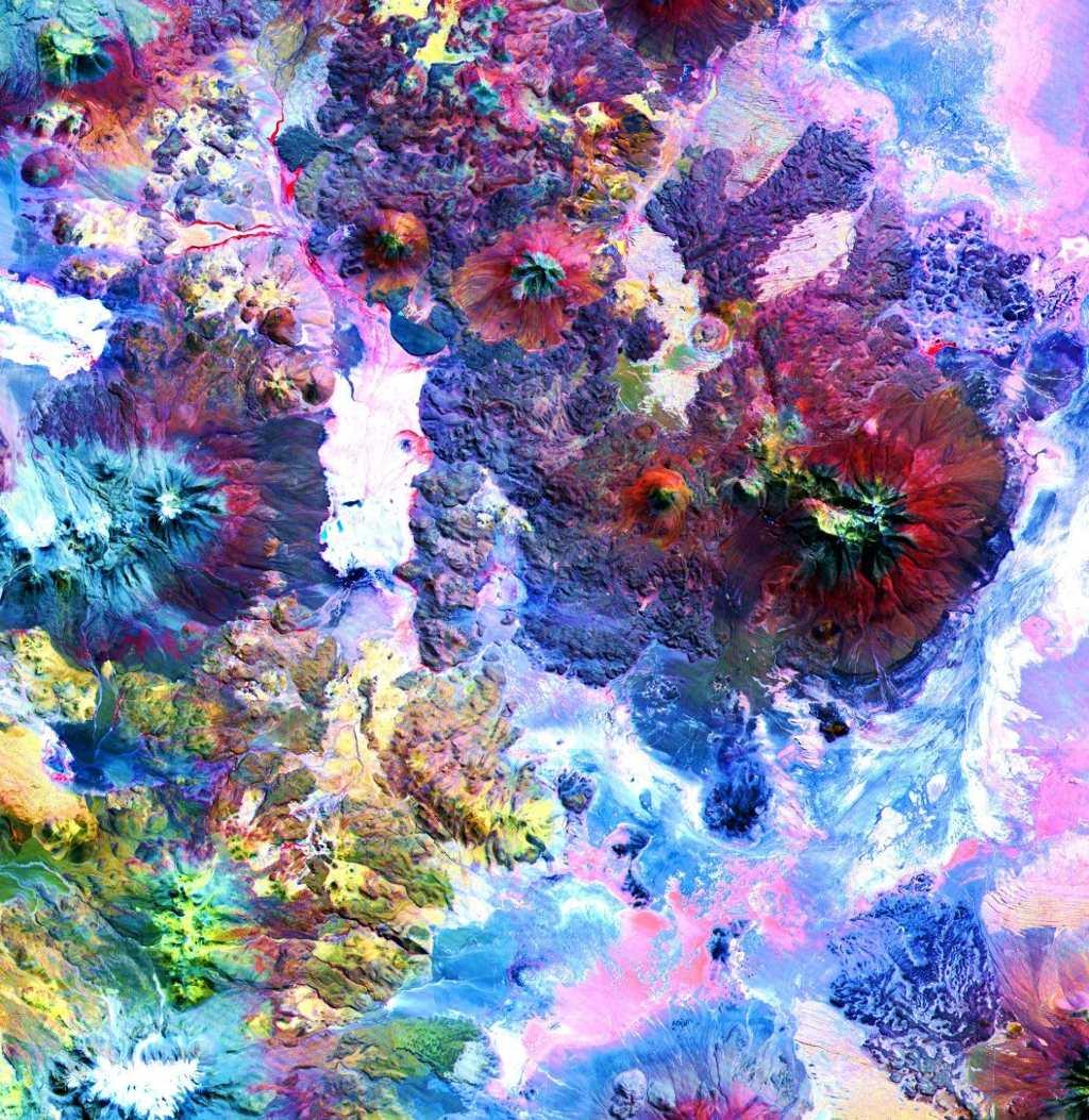 Nhiều ảnh của ASTER trông giống như bức tranh do trẻ nhỏ tô màu, trong đó có ảnh chụp dãy núi Andes. ASTER trang bị một camera hồng ngoại, có thể phát hiện những thay đổi ở nhiệt độ bề mặt, chất liệu và độ cao.