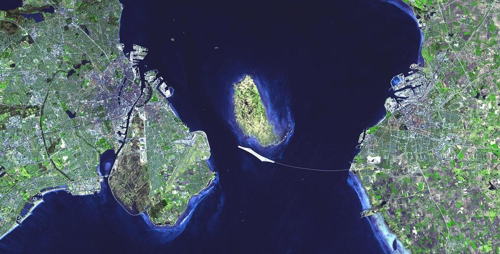 Cầu Oresund dài 16 km nối liền Thụy Điển và Đan Mạch. Ảnh vệ tinh cho thấy hòn đảo nhân tạo do hai nước xây dựng ở giữa để phục vụ hành trình.