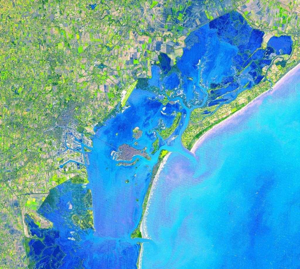 Venice, thành phố với 400 cây cầu và 120 hòn đảo ở Italy trông rối mắt hơn khi nhìn từ không gian.
