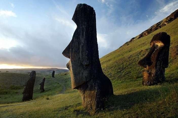 """Hòn đảo xinh đẹp nổi tiếng bởi những tượng người """"câm lặng""""."""