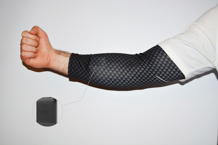 Phần tay áo được trang bị thiết bị theo dõi cỡ nhỏ đo trực tiếp động mạch của người mặc.