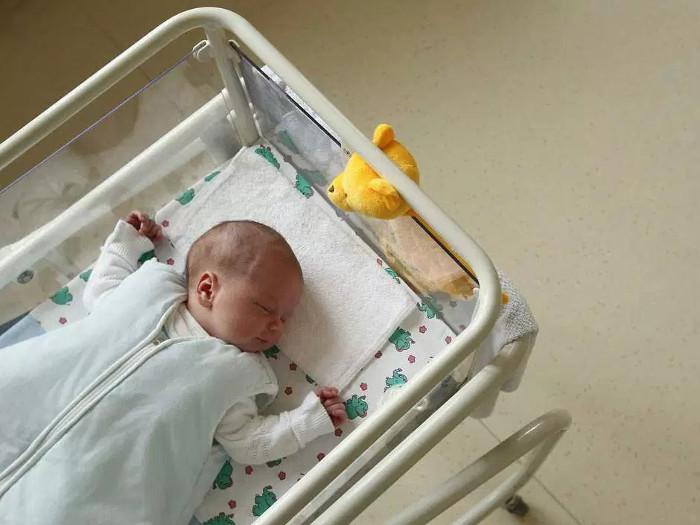 Các nhà nghiên cứu ở Bỉ nói 1/50 đàn ông ở Anh đang nuôi con không phải con ruột của họ mà không hay biết.