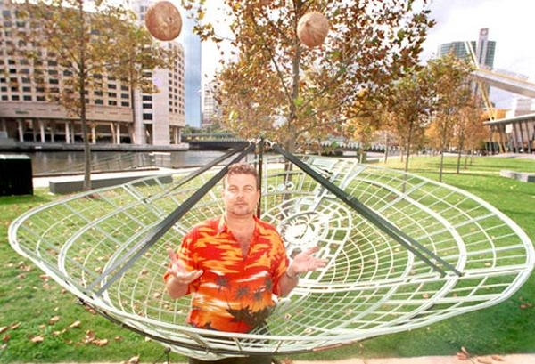 Tấm lưới để hứng dừa, đảm bảo không quả nào rơi xuống đất.