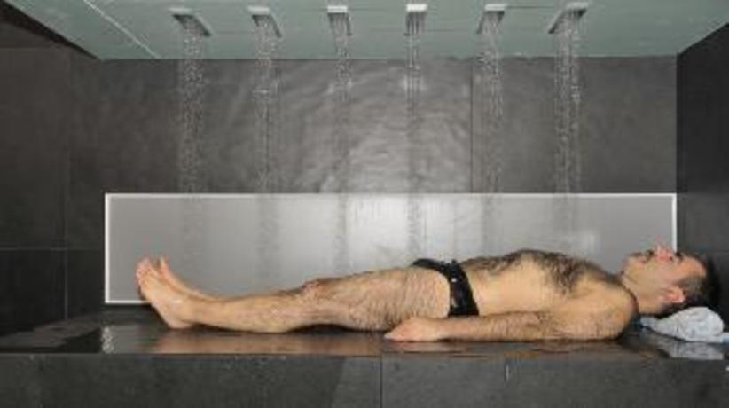 Vòi sen cho người lười. Nếu phòng tắm nhà bạn có chiếc vòi sen như thế này thì bạn chỉ việc nằm ngủ, phần còn lại sẽ do vòi sen giúp bạn sạch sẽ và thư thái nhất. Giá thành của thiết kế này lên đến 35.000 USD.
