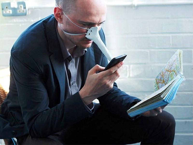 Nhằm đáp ứng nhu cầu sử dụng điện thoại mọi lúc mọi nơi của con người, nhà thiết kế Dominic Wilcox đã phát minh ra một chiếc mũi cảm ứng giúp người sử dụng có thể thoải mái điều khiến chiếc điện thoại của mình mà không cần dùng đến tay. Chiếc bút gồm có phần thân được làm từ thạch cao, đầu bút được lắp đặt một bộ phận cảm ứng giúp điều khiến điện thoại một cách dễ dàng. Ngoài ra, chiếc bút còn có một sợi dây cao su được quàng qua đầu người sử dụng để cố định phụ kiện.