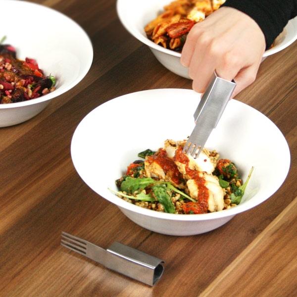 Được thiết kế với kiểu dáng độc đáo, dụng cụ bọc ngón tay theo hình chiếc dĩa giúp người sử dụng có cảm giác thoải mái khi ăn uống mà không sợ làm bẩn tay hay e ngại dùng đũa cồng kềnh.