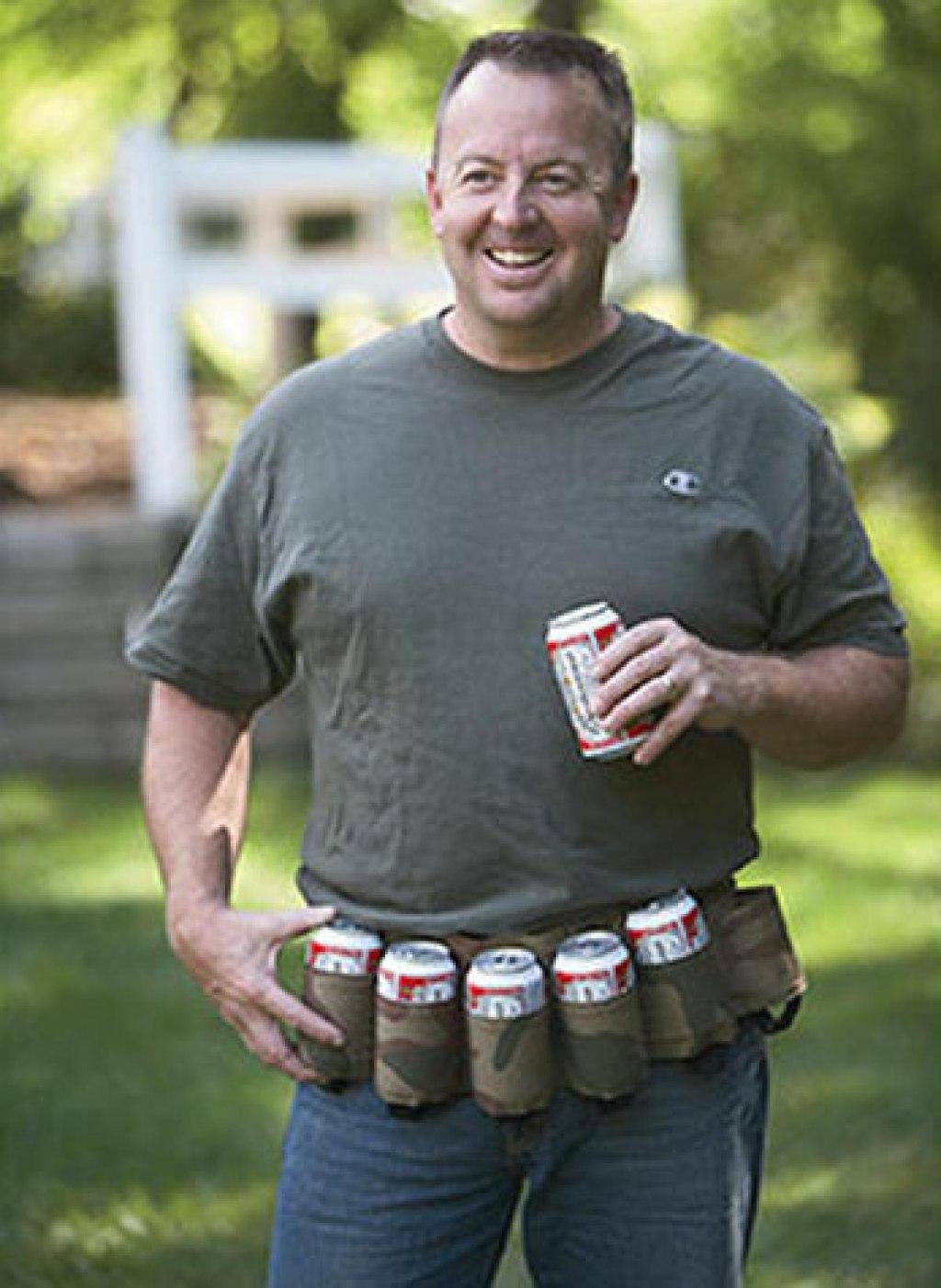 """Thắt lưng tiện lợi vừa đi bộ vừa uống bia thích hợp cho những """"sâu bia rượu""""."""