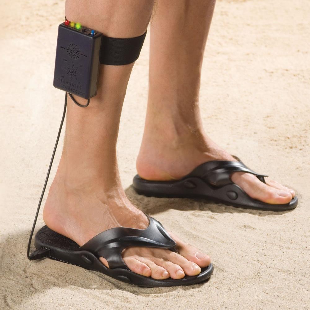Những đôi sandal dò kim loại cho phép người sử dụng dò tìm kho báu mọi lúc mọi nơi, ngay cả khi họ đang thong thả dạo bộ trên bãi biển. Được gắn lên phần bắp chân của người sử dụng cùng với bộ dụng cụ dò kim loại, nếu có bất cứ dấu hiệu nào của đá quý hay vàng phía dưới lòng đất, chiếc sandal sẽ tự động rung lên báo hiệu cho chủ nhân.