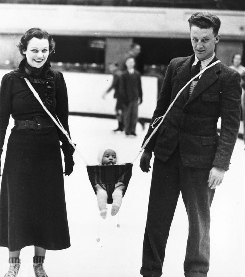 Phát minh chăm sóc cho trẻ nhỏ vào những năm 30. Chiếc nôi di động này có hai dây buộc vào người hai phụ huynh. Liệu đứa trẻ ngồi ở trong có an toàn không khi luôn phải ở trong tình trạng vắt vẻo thế này?