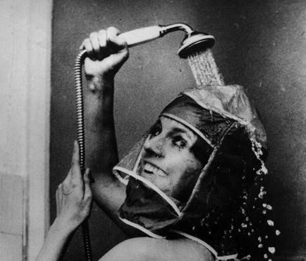 Những năm 70, chiếc mũ này theo quảng cáo là để dành cho lúc tắm vòi hoa sen. Không biết là nó sẽ giữ cho tóc của bạn khô lúc đi tắm hay là để gội đầu trong khi mặt vẫn khô ráo? Nói chung là thật ngớ ngẩn.