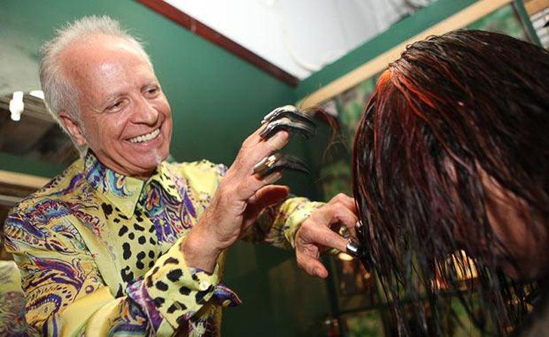 Kéo cắt tóc bằng tay. Phát minh này được tuyên bố cắt tóc nhanh gấp hai lần kéo bình thường, nhưng nó trông thật giống bàn tay của quỷ.
