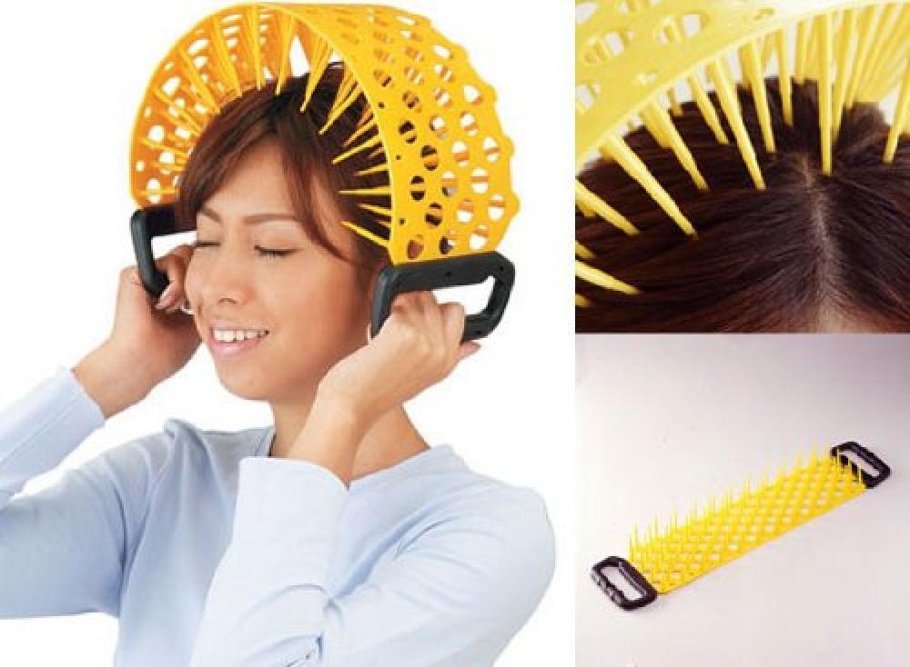 Những chiếc băng đô châm để mát-xa da đầu thoải mái nhìn giống như 1 cái rổ khổng lồ trên đầu vậy.