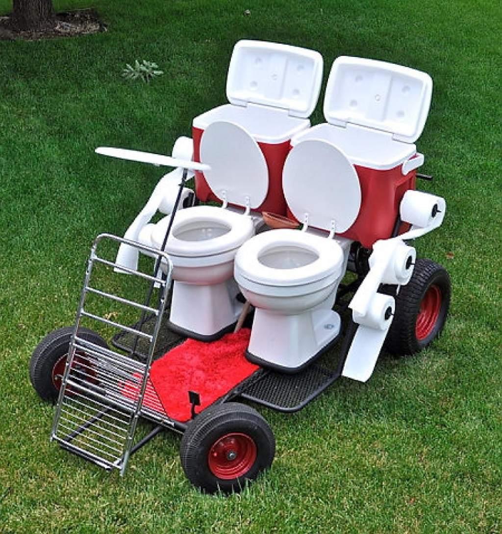 Chiếc xe đẩy kiêm toilet này được thiết kế để bạn có thể vừa ngồi toilet vừa đi dạo.