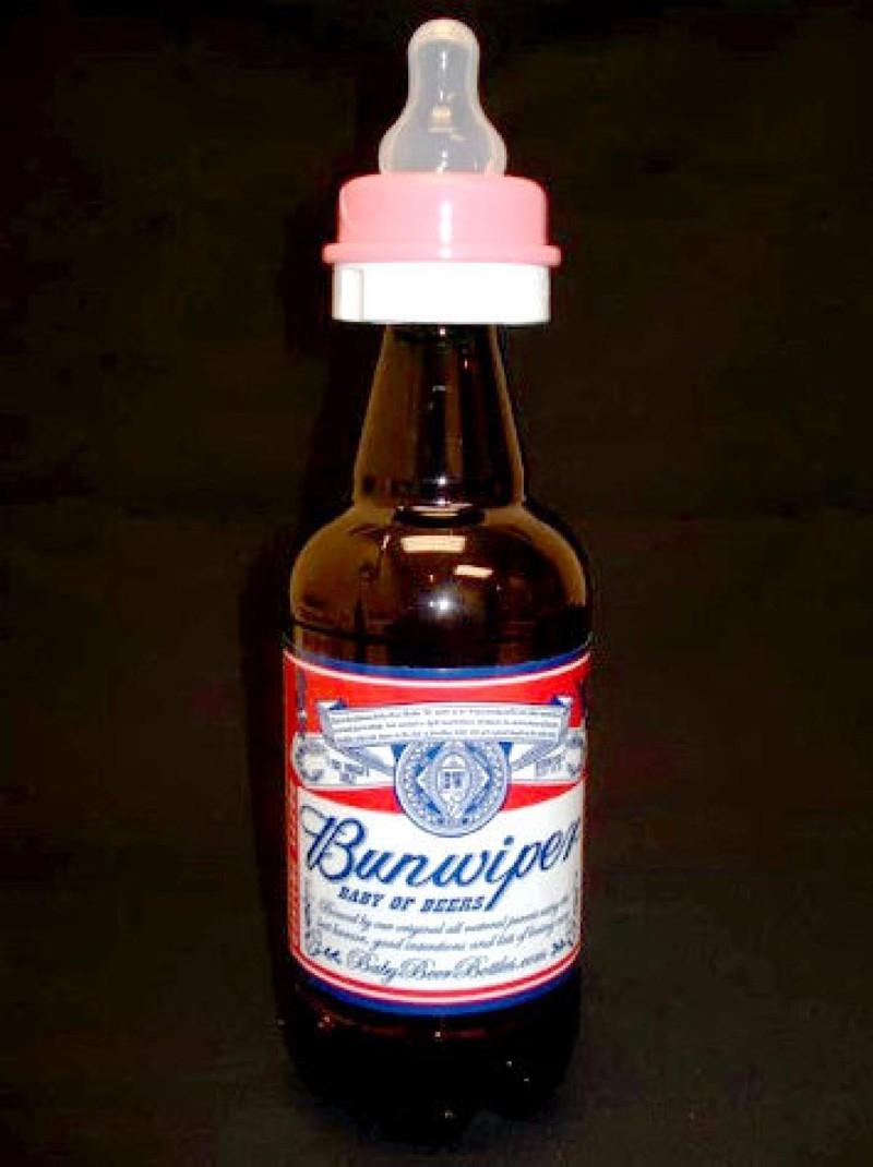 Chai bia được gắn núm vú cho dễ uống.