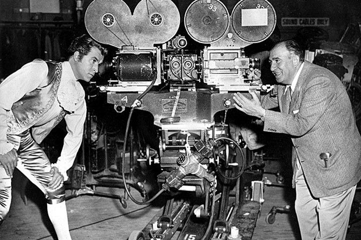 Máy chiếu phim 3D đầu tiên trên thế giới, sử dụng hai máy chiếu kết hợp với nhau.