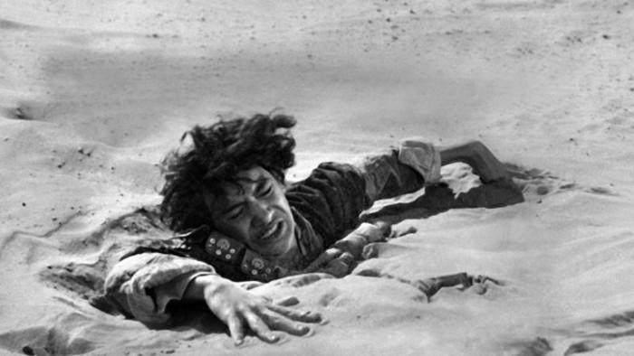 Cảnh rơi vào cát lún trong một bộ phim.