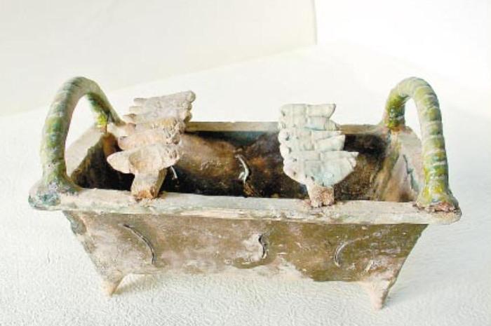 Bếp nướng này có từ triều đại nhà Hán (206-220 TCN), dài 20cm, rộng 16,5cm và cao 14cm.