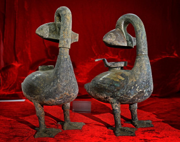 Hai cây đèn đồng 2.000 năm tuổi nuốt khói được tìm thấy trong lăng mộ của hầu tước Haihun vào năm 2015.