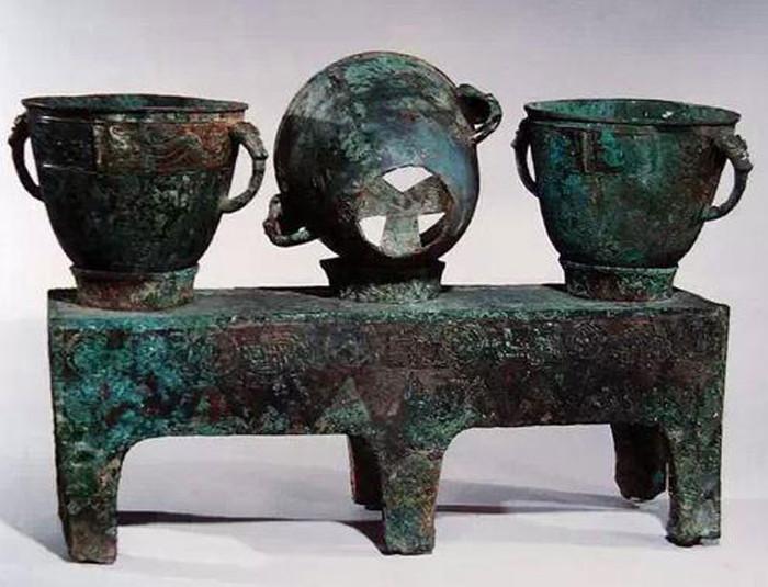Sanlianyan, được khai quật từ ngôi mộ của Fuhao, là một dụng cụ nấu ăn được sử dụng trong các triều đại cổ nhà Thương.