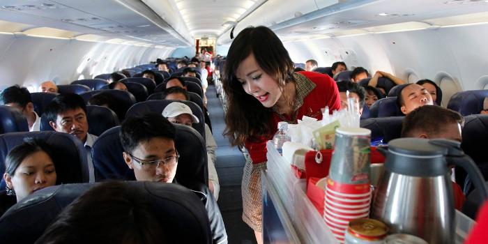 Sau khi lên máy bay, bạn sẽ được tiếp viên hướng dẫn và phục vụ.