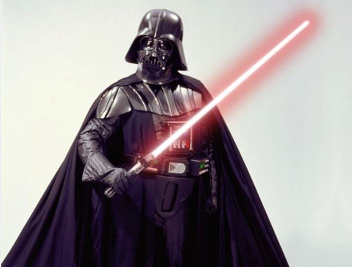 Một binh sĩ cầm thanh gươm ánh sáng trong bộ phim Star Wars.