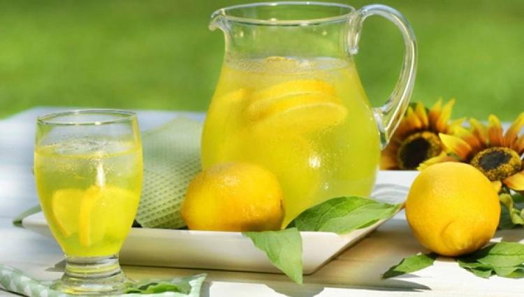 Bắt đầu ngày mới với cốc nước chanh mang lại nhiều lợi ích cho sức khỏe.