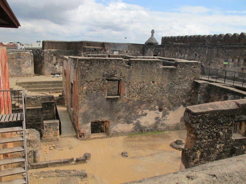 Các bức tường được xây dựng rất kiên cố và vững chắc.