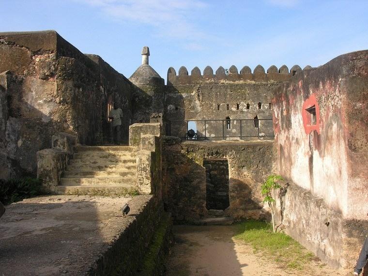 Pháo đài Jesus được người Bồ Đào Nha xây dựng từ khoảng thế kỷ thứ 16. Đây không chỉ là công trình kiến trúc đẹp được xây dựng theo phong cách Phục Hưng mà đây còn là minh chứng cho sự đa dạng văn hóa khi có sự kết hợp văn hóa Châu Phi, Ả Rập, Thổ Nhĩ Kỳ, Ba Tư và cả Châu Âu.
