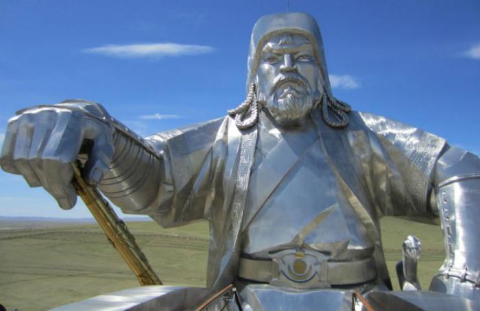 Thành Cát Tư Hãn được chôn cất với nhiều đồ tùy táng, ngựa và người hầu.