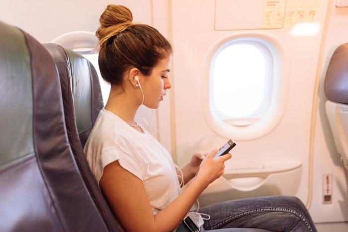 Hầu hết chuyến bay thương mại đều không cho phép hành khách sử dụng điện thoại di động trong chuyến bay.