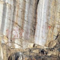 Phát hiện bích họa người xưa trên vách núi