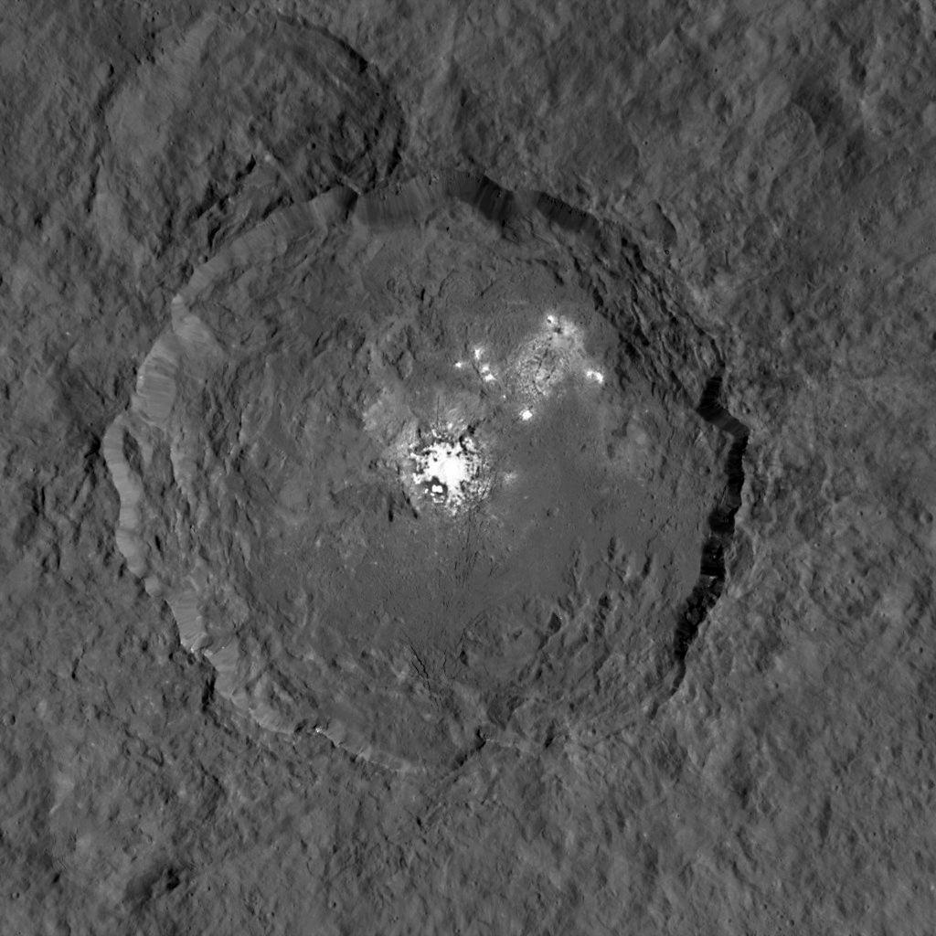 Ceres là tiểu hành tinh lớn nhất trong hệ Mặt trời, do tàu vũ trụ Dawn của NASA khám phá vào năm 2015. Trong ảnh là một đốm sáng kỳ lạ vừa được phát hiện trên hành tinh lùn Ceres.